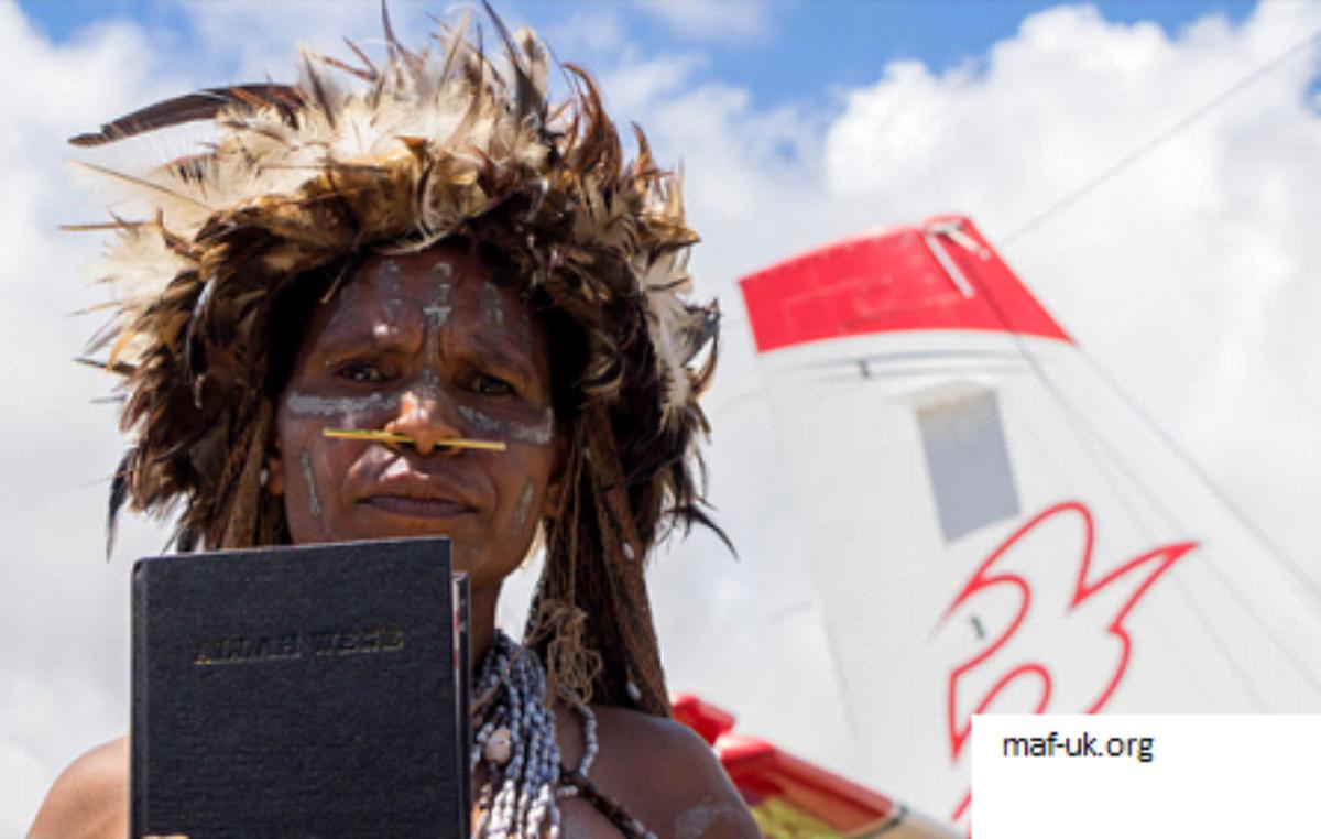2.500 BIBLIAS ENTREGADAS A LA TRIBU YALI CONOCIDA POR MATAR MISIONEROS AHORA COMPARTE EL EVANGELIO