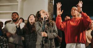 Maverick City Causa Revuelo Con Su Primer Proyecto En Español, «Como En El Cielo»