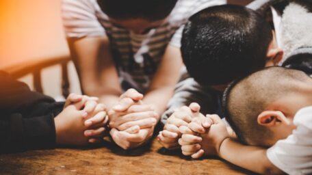 El altar familiar como forma de adorar a Dios en familia